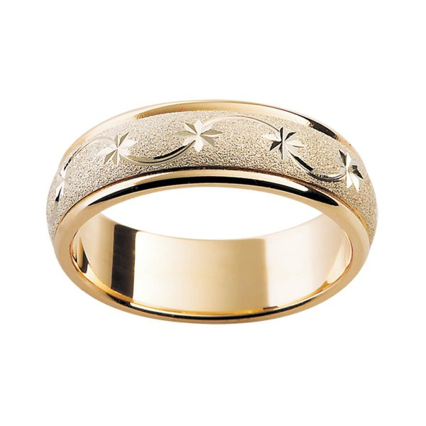 F24M yellow gold men's ring with engraved star and ribbon motif on specialty finish